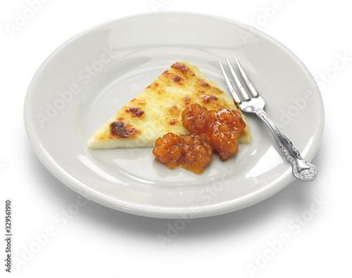 Fényképezés homemade finnish squeaky cheese (leipajuusto) with cloudberry jam (lakkahillo)