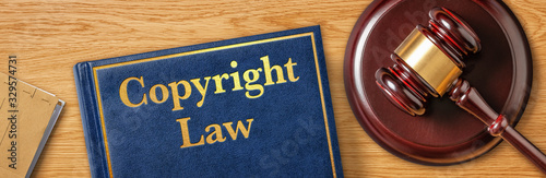 Fotografía A gavel with a law book - Copyright Law