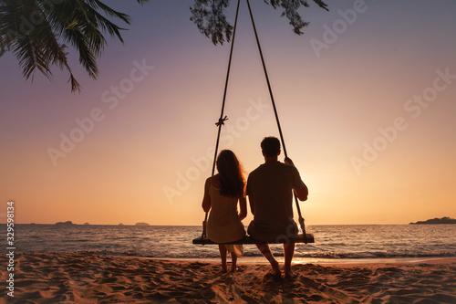 honeymoon travel, silhouette of romantic couple on sunset  beach, tropical holid Fotobehang