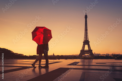 couple travel to Paris, silhouette of lovers kissing near Eiffel tower, romantic Canvas-taulu