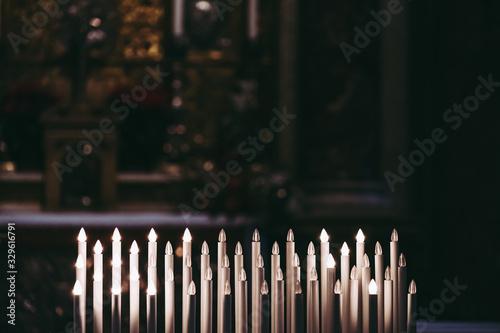 Bougies de prière dans une église Fototapet
