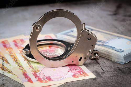 Iraqi Dinar Money with Handcuff on Concrete Prison Billede på lærred