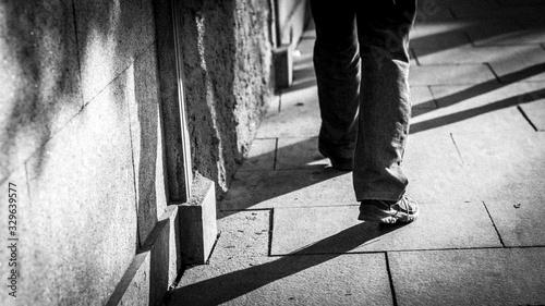 Photo piernas de hombre con sombras caminando por la calle en blanco y negro