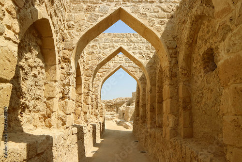Photo The Symbolic Archways of Bahrain Fort or Qal'at al-Bahrain in Manama, Bahrain