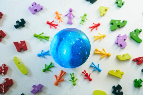 青い地球とカラフルな人形 Fototapet