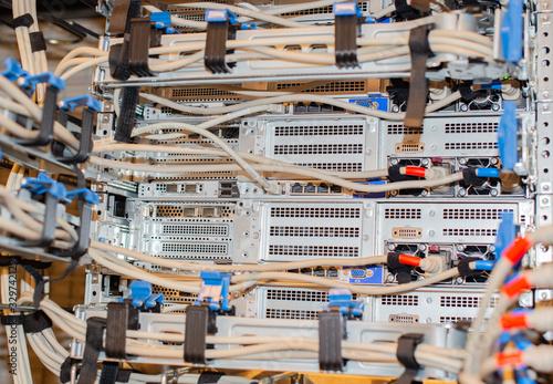 Photo Netzwerkkabel an einem Netzwerk Switch für eine Cloud Umgebung