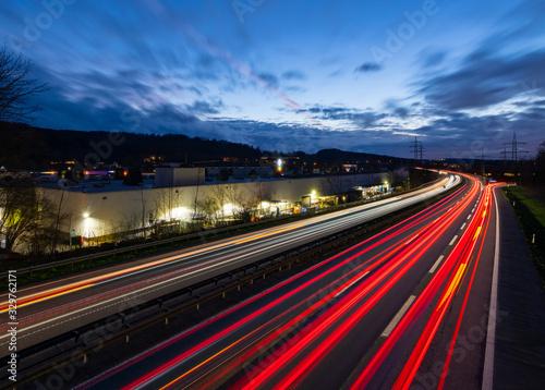 Fototapety, obrazy: Autobahn Deutschland Abenddämmerung Lichtspruren Anschlussstelle Ausfahrt Auffahrt Brücke Kurve Hagen Hohenlimburg Fabrik Industrie Sauerland Blaue Stunde Feierabend Rush Hour