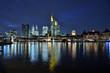 Nächtliche Skyline von Frankfurt mit dem Main