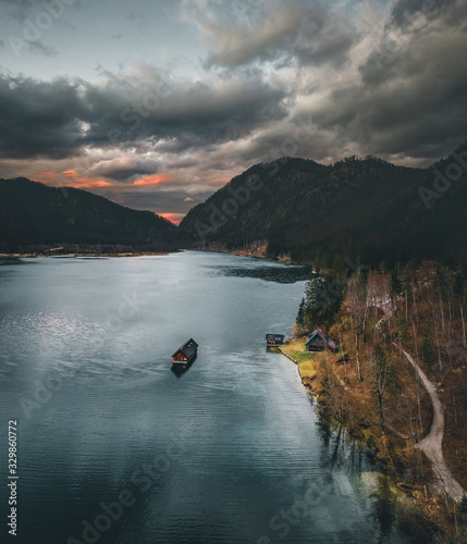 Photo The Almsee lake in the austrian apls aerial view during spring