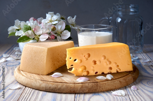 Photo Different varieties of cheese, milk, apple flowers
