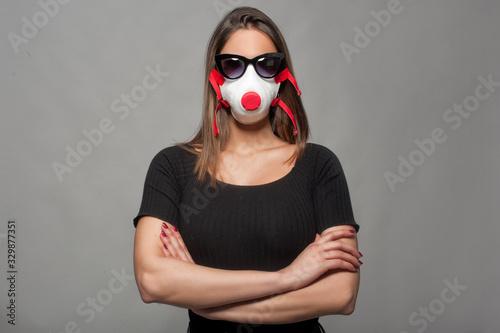 Photo ragazza con mascherina occhiali e braccia conserte
