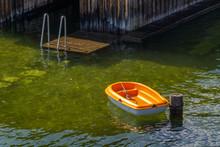 Kleines Ruderboot An Einem Pol...