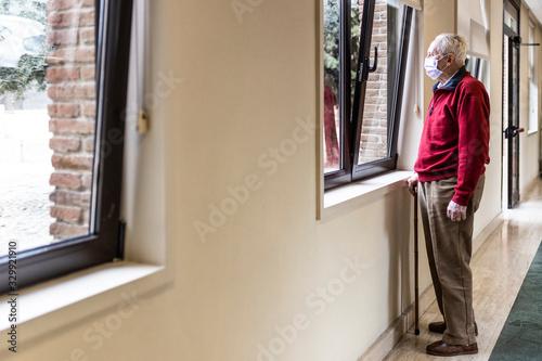 Fotografiet elderly man in a hospital with respirator