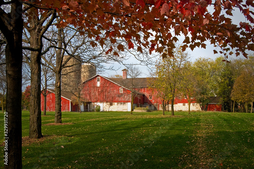 Fototapeta A classic Midwest farm scene with red barn and autumn colors.