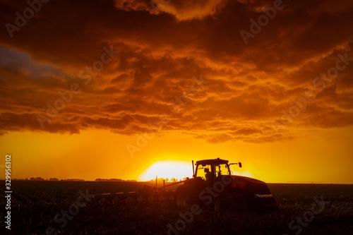Foto farm equipment against a stormy sunset in nebraska