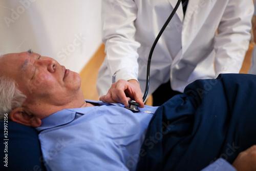患者に聴診器をあてる訪問医師 Canvas Print