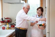 高齢男性の食事の手伝...