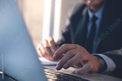 Fotomural Businessman working in modern office