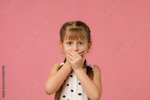 Photo beautiful little girl in dress asking to be quiet