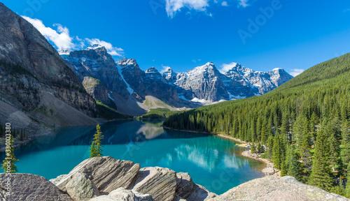 Fototapeta krajobraz  jezioro-moraine-w-parku-narodowym-banff-w-kanadyjskich-gorach-skalistych-w-poblizu-jeziora-louise-alberta-can