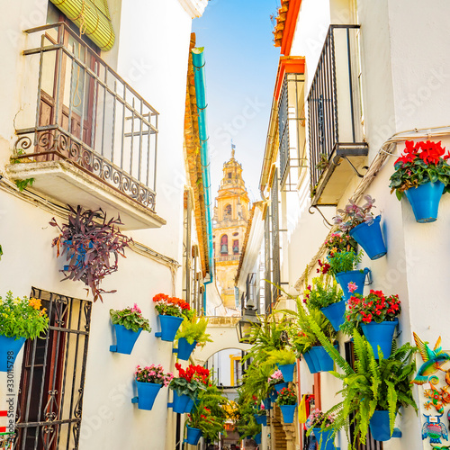 Canvastavla Mezquita tower and narrow spanish street Calleja de las Flores in Cordoba