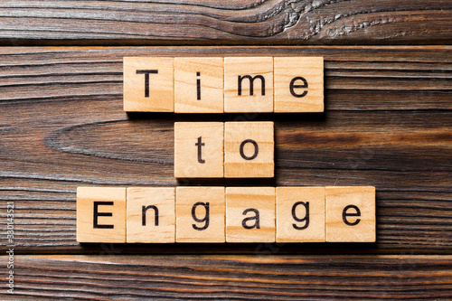 фотография Time to engage word written on wood block