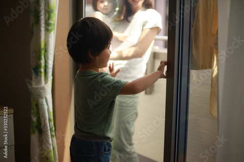 Fotografie, Obraz いたずらで鍵を閉める男の子