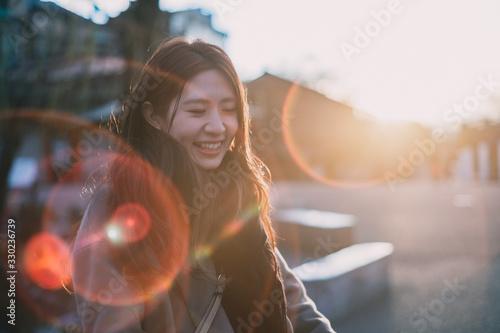 夕陽と笑う女性 Canvas Print