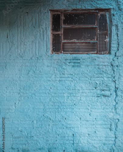 Obraz cracked window on a blue wall - fototapety do salonu