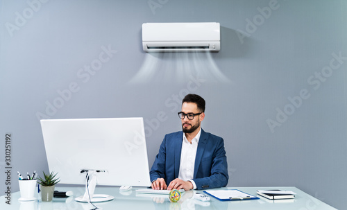 Photo Businessman Enjoying The Cooling Of Air Conditioner