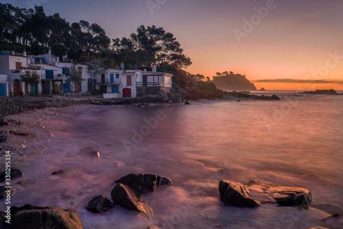 Photo Vista de un pueblo de pescadores al amanecer en la costa Brava con el mar en cal