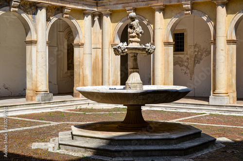 Photo Antica fontana di pietra in cortile