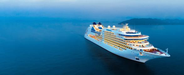 Pogled iz zraka na prekrasan bijeli brod za krstarenje iznad luksuznog krstarenja oceanskim morem rano ujutro koncept turističko putovanje na odmor uzmite vrijeme odmora ljeti.