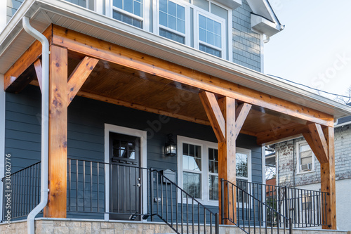 Fotografía Newly restored single family home with beautiful covered porch held up by cedar wood beams