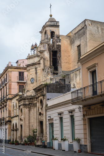 Photo Row of buildings with San Rocco church in Acireale city on Sicily Island, Italy