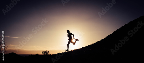 Foto one man running and doing jogging alone in the mountains with the sunset at the