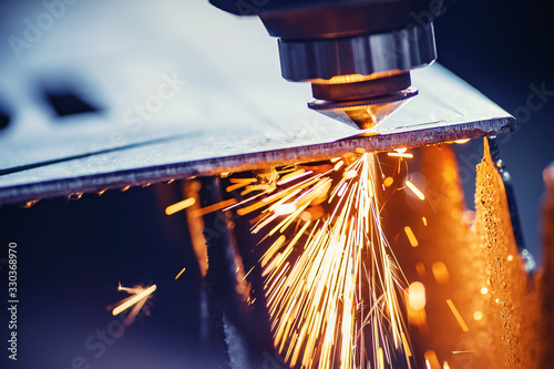 Carta da parati CNC gas cutting metal sheet, sparks fly