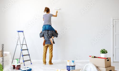 Fotografía Anonymous  happy couple make renovating painting   wall at home.