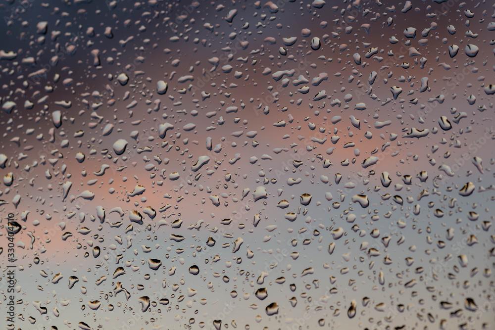 Fototapeta Okienna szyba pokryta kroplami deszczu.