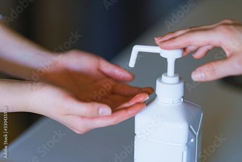 親子 消毒 アルコール アルコール消毒 ウィルス インフルエンザ コロナ 対策 予防 冬 人物 日本 Canvas Print