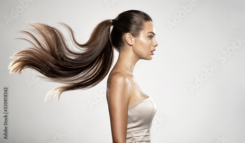 Fotografía Profile portrait of a beautiful woman with a long straight  hair.