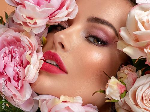 Cuadros en Lienzo Beautiful white girl with flowers