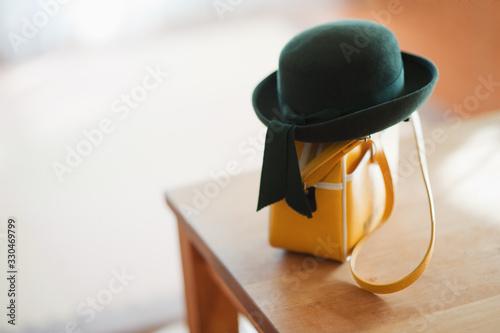 Photographie テーブルに置いてある幼稚園帽とカバン