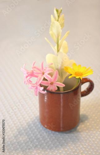 カップに入った小さな花 柔らかい雰囲気 Canvas-taulu