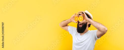 man with orange slices panoramic Fototapet
