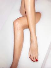 Weibliche Beine In Milchbad