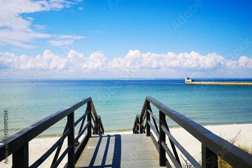 Krajobraz morski z woda portem i pomostem słoneczny i piekny