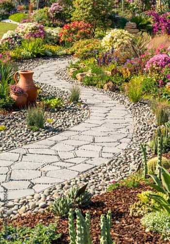 Fotografia path leading through a garden