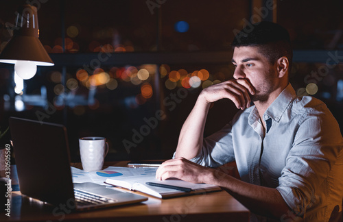 Photo Concentrated Entrepreneur Working On Laptop Late At Night In Office