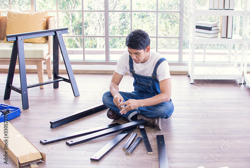 Photo A man is making furniture assembly